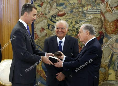 Spain's King Felipe Vi (l) Presents Colombian Businessman Luis Carlo Sarmiento (r) with the 'Enrique V Iglesias Award For Latin American Business Space Development' in Presence of the Latin American Business Council (ceal) Honorary President Enrique V Iglesias (c) During a Ceremony Held at the Zarzuela Palace in Madrid Spain 10 February 2016 Spain Madrid