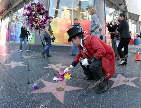 Greg Donovan pays tribute to the late US actress Mary Tyler Moore where a bouquet of flowers has been placed next to her star on the  Hollywood Walk of Fame in Hollywood, California, USA, 25 January 2017.  Moore  died at the age of 80 from complications from pneumonia.