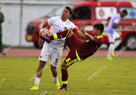 Venezuela's Ronaldo Lucena (R) vies for the ball with Bolivia's Bruno Miranda (L), during their Under 20 South American Championship match in Ibarra, Ecuador, 25 January 2017.