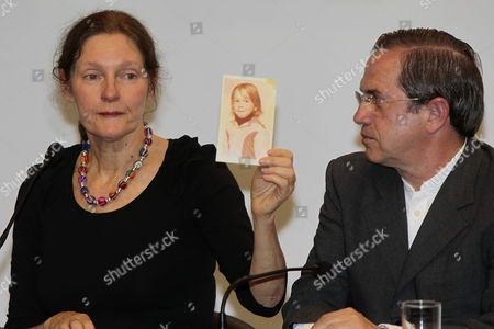 Ecuadorian Foreign Minister Ricardo Patino (r) Looks on As Christine Assange (l) Mother of Wikileaks' Founder Julian Assange Shows a Picture of His Son As a Child During a Press Conference in Quito Ecuador 30 July 2012 Christine Assange Met Patino to Discuss the Request For Asylum Made by His Son to Ecuador Ecuador Quito