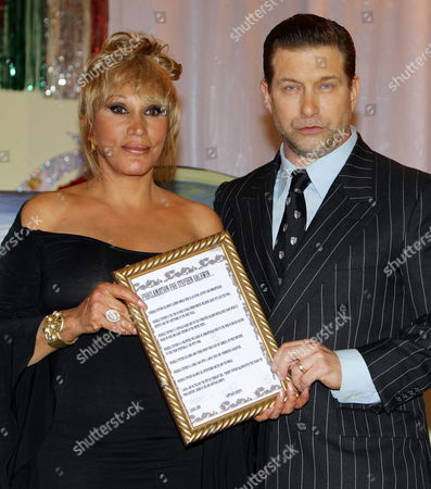 Us Actor Stephen Baldwin (r) Receives Award From Mexican Singer Eugenia Leon For His Charity Work in Support of Mexican Children at the Plaza Garibaldi in Mexico City Mexico 20 February 2013 Mexico Mexico City