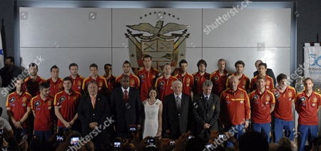 Members of the National Soccer Team of Spain Pose with the Panama´s President Ricardo Martinelli (c-r) the First Lady Marta Linares (c-l) President of Concacaf Geoffrey Webb (5-l) President of Panamanian Soccer Federation Pedro Chaluja (4-l) President of the Spanish Soccer Federation Angel Maria Villar (5-r) and Head Coach of Spanish Soccer Team Vicente Del Bosque (4-r) During a Meeting at the Presidential Palace in Panama City Panama 13 November 2012 Spain Face Panama During a Friendly Soccer Match During a Fifa's Frienly Day on 14 November Panama Ciudad De Panama