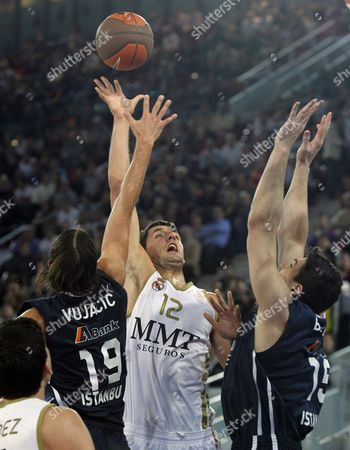 Real Madrid's Nikola Mirotic (c) Battles For the Ball with Esteban Batista (r) and Sasha Vujacic of Turkish Team Anadolu Efes During Their Basketball Euroleague Match at the Magic Box in Madrid Central Spain 17 November 2011 Spain Alberto Martin