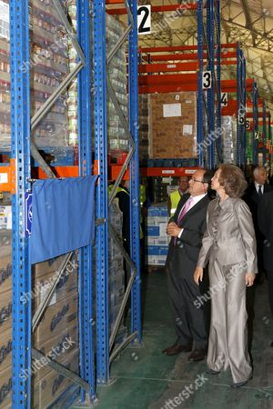 Spain's Queen Sofia (r) and the President of the Food Bank Foundation Javier Espinosa Are Pictured During Her Visit to the Foundation Premises in Madrid Spain 28 September 2012 Spain Madrid