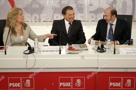 Stock Image of (l-r) Spanish Socialist Party (psoe)'s Social Politics Secretary Trinidad Jimenez with Socialist International's Secretary-general Luis Ayala and Psoe's Secretary-general Alfredo Perez Rubalcaba Chat Shortly Before the Beginning of the Meeting of the Socialist International's Mediterranean Committee at Psoe Headquarters in Madrid Spain 05 June 2012 the Meeting was Focused on the Regional Security and the Urgent Need to Found a Palestinian State Spain Madrid