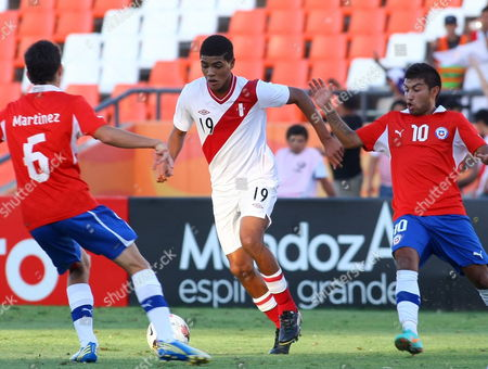 Peru's Wilder Cartagena is Challenged by Chileans Sebastian Martinez (l) and Nicolas Maturana (r) During Their South American U'20 Championship Soccer Game at the Malvinas Argentinas Stadium in Mendoza Argentina 03 February 2013 Argentina Mendoza