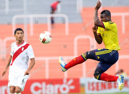 Colombia's Jose Leudo (r) Looks For the Ball Next to Peru's Hernan Hinostroza (l) During a Match of the Sudamericano Under 20 at Malvinas Argentinas Stadium in Mendoza Argentina 27 January 2013 Colombia Won and Qualified For the Under 20 World Cup in Turkey Argentina Mendoza