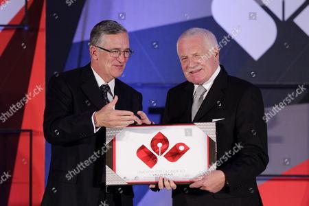 Czech Former President Vaclav Klaus (r) Receives From the President of Grupo Salinas Ricardo Salinas Pliego (l) the Recognition Award 'A Life For Freedom' in Mexico City Mexico 28 November 2013 Mexico Mexico City