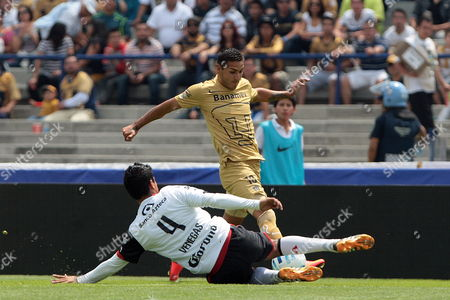 Pumas' Ismael Sosa (r) Vies For the Ball with Atlas Luis Venegas (l) During Their Torneo Apertura Soccer Game Four Journey at the Olimpico Universitario Stadium in Mexico City Mexico 10 August 2014 Mexico Mexico City