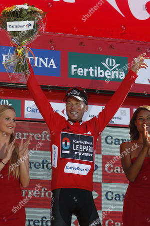 New Overall Leader Us Cyclist Chris Horner (c) of Radioshack Team Celebrates on the Podium After the 19th Stage of the 2013 Vuelta a Espana Cycling Tour a 181 Km Race From San Vicente De La Barquera to Alto Naranco Spain 13 September 2013 Spain Alto Naranco