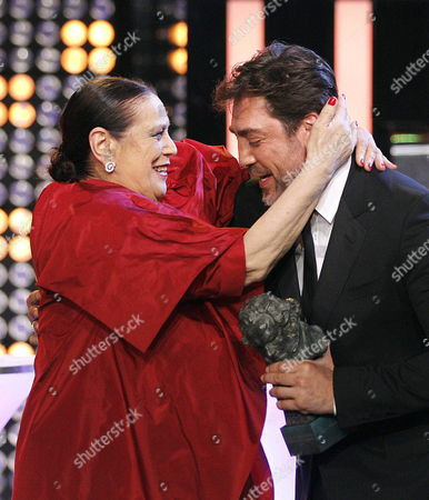 Spanish Actress Terele Pavez (l) Receives Her 'Supporting Actress' Goya Award For the Film 'Las Brujas De Zugarramurdi' From Spanish Actor Javier Bardem (r) During the 28th Goya Awards Awarding Ceremony in Madrid Spain 09 February 2014 Spain Madrid
