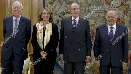 Spain's King Juan Carlos (2-r) Spanish Foreign Affairs Minister Jose Manuel Garcia Margallo (l) Former Secretary-general of the Ibero-american Secretariat (segib) Enrique V Iglesias (r) and New Iberoamerican Secretary General Rebeca Grynspan (2-l) Pose During the Audience Granted by King Juan Carlos to Grynspan at La Zarzuela Palace in Madrid Central Spain 02 April 2014 Spain Madrid