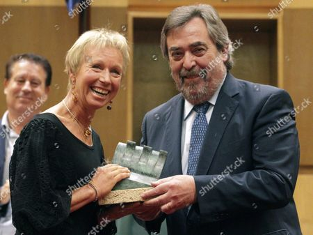 Zaragoza's Mayor Juan Alberto Belloch (r) Presents the Honory Award of the Tenth International Prize of Historical Novel 'Zaragoza City' to German Writer Christiane Gohl (l) Aka Sarah Lark During a Ceremony Held in Zaragoza Spain 28 May 2014 Spain Zaragoza