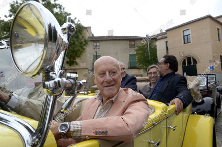 British Architect Norman Foster Drives a 1922 Hispano Suiza in Segovia Spain 28 September 2014 During the Event on the Book 'Havana Autos and Architecture' by Journalist Mauricio Vicent (r Background) Spanish Film Director David Trueba (2r Background) and Photographer Nigel Young (background 2-l) Spain Segovia