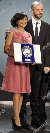 Spanish Actress Marian Alvarez (l) Poses with the Silver Shell For Best Actress Next to Film Director Fernando Franco (r) During the Closing Ceremony of the 61st San Sebastian Film Festival in San Sebastian Spain 28 September 2013 Spain San Sebastian