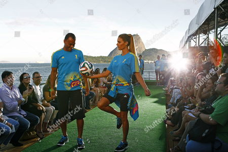 Brazilian Tv Hostess Fernanda Lima (r) and Brazilian Former Soccer Player Cafu Present the Uniforms of the Volunteers Working During the Soccer World Cup Brazil 2014 at the Rio De Janeiro Fashion Week in Rio De Janeiro Brazil 10 April 2014 Brazil R?o De Janeiro