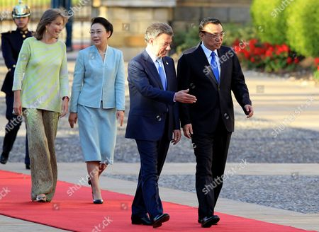 Chinese Prime Minister Li Keqiang (r) Talks with Colombian President Juan Manuel Santos (2-r) During a Welcome Ceremony at Casa De Narino Presidential Palace in Bogota Colombia 21 May 2015 Li is in Colombia As Part of His South American Diplomatic Tour in Picture Li's Wife Cheng Hong (3-l) Speaking with Santos' Wife Maria Clemencia Rodriguez (2-l) Colombia Bogota