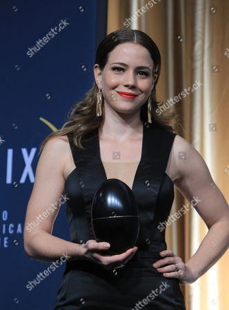Brazilian Actress Leandra Leal Poses with the 'Phoenix Egg' After Receiving the Fenix Iberoamerican Cinema Award to the Best Actress For Her Role in 'O Lobo Atras Da Porta' During the Awarding Ceremony Held in Mexico City Mexico Late 30 October 2014 Mexico Mexico City