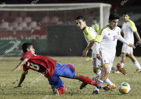 Venezuela's Oscar Guillen (r) in Action Against Costa Rican Luis Sequeira (l) During Their Soccer Match As Part of Xxii Central American and Caribbean Games in Veracruz Mexico 21 November 2014 Venezuela Won 1-0 Mexico Veracruz