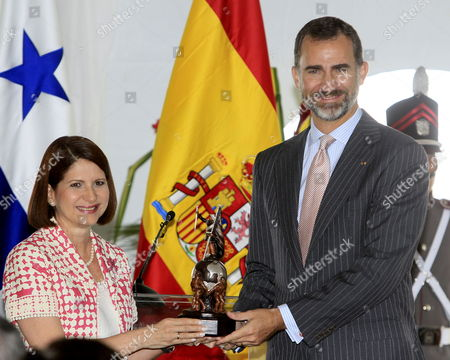 Spanish Crown Prince Felipe (r) Receives a Present From the Panamanian First Lady Marta Linares De Martinelli During the Celebration of the 5th Centenary of the Discovery of the Pacific Ocean by the Spanish Conquistador Vasco Nunez De Balboa in Panama City Panama 20 October 2013 Panama Panama City