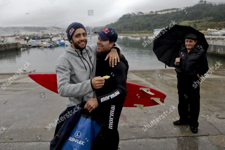 Brazilian Surfer Carlos Burle (c) is Greeted by Countrymen and Also Surfer Pedro Scooby (l) After Surfing Giant Waves at Praia Do Norte During a Swell That Hit the Portuguese Coast in Nazare Center of Portugal 28 October 2013 the Brazilian May Have Beaten Havaiian Garrett Mcnamara's Record For the Biggest Wave Ever Surfed at 30 Meters That was Broken Last January Also at North Beach Nazare Portugal Nazare
