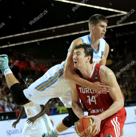 Turkish Basketball Player Omer Asik (r) is Challenged by Ukrainian Oleksandr Lypovyy During the Fiba Basketball World Cup Group C Match Between Turkey and Ukraine at the Bilbao Exhibition Center in Bilbao Basque Country Spain 02 September 2014 Spain Bilbao