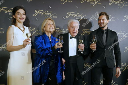 A Picture Made Available on 26 November 2014 Shows Spanish Singer David Bisbal (r) and Actress Maria Valverde (l) Posing with the Honorary President of Freixenet Josep Ferrer (2-r) and His Wife Gloria Noguer (2-l) During the Presentation of the Traditional Christmas Spot of Freixenet 'Cava' (sparkling White Wine) at Sant Saduri D'anoia in Barcelona Spain 25 November 2014 Since 1977 Personalities Such As Gene Kelly Christopher Reeve Shirley Mclaine Shakira Sharon Stone Pierce Brosnan Gwyneth Paltrow Meg Ryan Antonio Banderas Or Anthony Quinn Have Already Taken Part in the Christmas Spot of Freixenet a Brand of a Drink That is Traditionaly Consumed in Spain During Christmas and Specially in New Years Eve Spain Barcelona