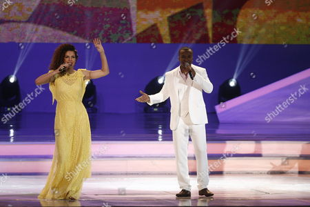Brazilian Artists Vanessa Da Mata (l) and Alexandre Pires (r) Perform During the Final Draw of the Preliminary Round Groups of the 2014 Fifa World Cup Brazil in Costa Do Sauipe Brazil 06 December 2013 Brazil Costa Do Sauipe