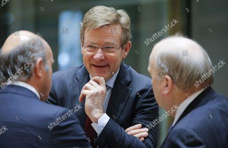 (L-R) Spanish Minister of Economy Luis de Guindos, Belgian Finance Minister Johan Van Overtveldt and Irish Finance Minister Michael Noonan talk during the Eurogroup Finance Ministers meeting in Brussels, Belgium, 26 January 2017.