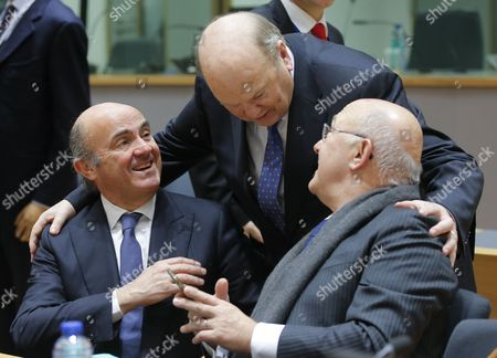Spanish Minister of Economy Luis de Guindos (L) chats with Irish Finance Minister Michael Noonan (C) and French Finance Minister Michel Sapin during the Eurogroup Finance Ministers meeting in Brussels, Belgium, 26 January 2017.