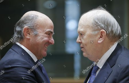 Spanish Minister of Economy Luis de Guindos (L) chats with Irish Finance Minister Michael Noonan during the Eurogroup Finance Ministers meeting in Brussels, Belgium, 26 January 2017.
