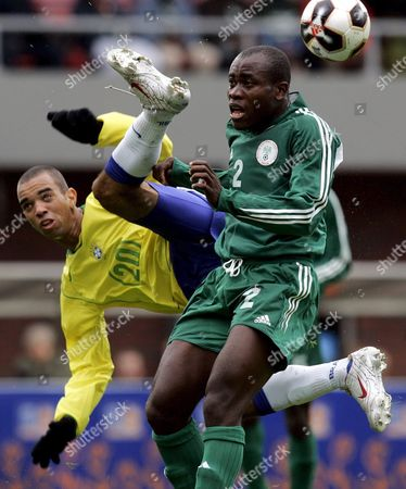 Brazil's Diego Dardelli (l) Fights For the Ball Against Nigeria's Daniel Akpeyi (r) During Their First Round Group F World Championships Soccer U20 Match Between Brazil and Nigeria at the Unive Stadium in Emmen Eastern Netherlands Sunday 12 June 2005 Netherlands Emmen