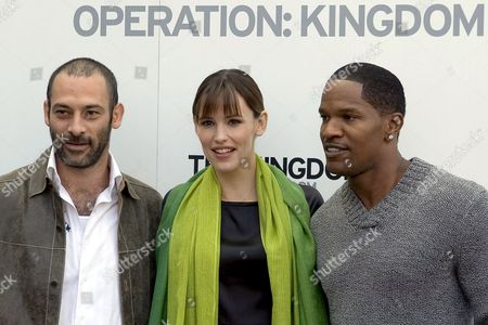Us Actors Ashraf Barhom Jennifer Garner and Jamie Foxx (l-r) Pose For the Media During a Photo Call to Promote the Movie 'The Kingdom' in Basel Switzerland 06 October 2007 the Story is About a Team of U S Government Agents Which is Sent to Investigate the Bombing of an American Facility in the Middle East Switzerland Schweiz Suisse Basel