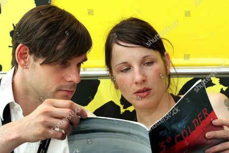 German Actor Alexander Beyer (l) and German Actress Meret Becker (r) Read the Brochure About German Director Florian Hoffmeister's Movie '3 Grad Kaelter' During a Press Conference at the 58th International Film Festival Locarno Monday 08 August 2005 in Locarno Switzerland Switzerland Schweiz Suisse Locarno