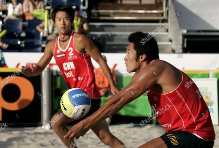 China's Shun Zhou (r) and Lian Li Receive a Ball During the Quarter Final Match Between Australia's Andrew Schacht and Josh Slack Against China's Shun Zhou and Lian Li at the Fivb Beachvolleyball World Championships in Gstaad Switzerland on 28 July 2007 Switzerland Schweiz Suisse Gstaad