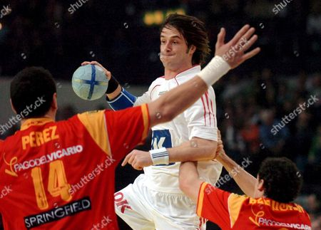 Denmark's Bo Spellenberg (c) is Attacked by Spain's Juan Marquez Perez (l) and Ion Ruano Belaustegui (r) During the European Handball Championships Euro06 Semi Final Match Spain Vs Denmark in Zurich Switzerland Saturday 04 February 2006 Spain Won 34-31 to Advance to the Final where They Will Meet France Switzerland Schweiz Suisse Zurich