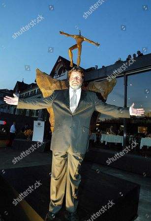 Artist Igor Ustinov Son of Late Oscar-winning British Actor and Author Sir Peter Ustinov (1921 - 2004) Stands in Front His Bronze Sculpture 'Open Mind' He Unveiled in Lucerne Switzerland Friday September 23 2005 Ustinov Devotes the Sculpture to His Father in Remembrance of His Life's Work and His Engagement Against Prejudice with the Peter Ustinov Foundation Switzerland Schweiz Suisse Luzern