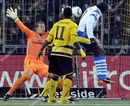 Odense's Peter Utaka (r) Scores Against Bern's Goalkeeper Marco Woelfli During the Uefa Europa League Group Stage Soccer Match Between Switzerland's Bsc Young Boys Bern and Denmark's Odense Bk at the Stade De Suisse Stadium in Bern Switzerland 21 October 2010 Switzerland Schweiz Suisse Bern
