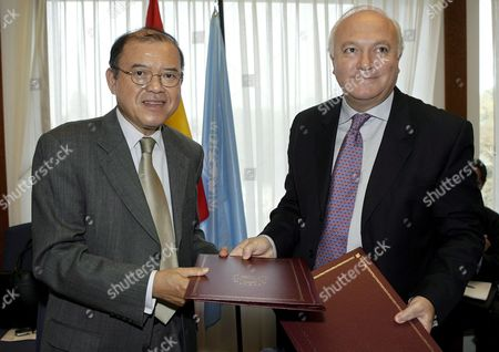 Spain's Foreign Minister Miguel Angel Moratinos (r) Signs a Future Accord of Contribution Between Spain and the Unctad with Supachai Panitchpakdi Secretary-general of United Nations Conference on Trade and Development (unctad) During Their Meeting at the Residence of the Spanish Ambassador in Geneva Switzerland Thursday 28 September 2006 Switzerland Schweiz Suisse Geneva