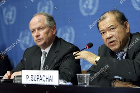 Unctad Secretary-general Supachai Panitchpakdi (r) From Thailand and German Heiner Flassbeck (l) Unctad Director Divison on Globalization and Development Strategies Speak During a Press Conference About the Report on the Global Economic Crisis: 'Systemic Failure and Multilateral Remedies' at the United Nations Building in Geneva Switzerland 18 March 2009 Switzerland Schweiz Suisse Geneva