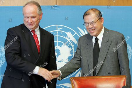 Supachai Panitchpakdi (r) Secretary-general of United Nations Conference on Trade and Development (unctad) Shakes Hands with German Heiner Flassbeck Officer-in-charge Division on Globalization and Development Strategies After Speaking About the Launch of the Trade and Development Report 2005 at the United Nations in Geneva Switzerland Thursday 01 September 2005 Switzerland Schweiz Suisse Geneva