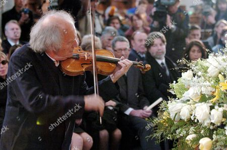 Israeli Violonist Ivry Gitlis Ambassador to the Unesco Plays at the Funeral Ceremony of Oscar-winning British Actor and Playwright Sir Peter Ustinov in the Cathedral St Pierre in Geneva Switzerland Saturday 03 April 2004 Author of More Than a Dozen Books and Even More Theatrical Works in a Career Spanning More Than 60 Years Ustinov Died of Heart Failure in a Clinic Near His Home on the Shores of Lake Geneva on Sunday March 28 2004 at the Age of 82 Switzerland Schweiz Suisse Geneva