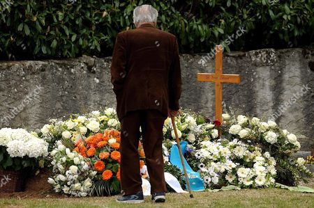 A Visitor Looks at the Grave of Oscar-winning British Actor and Playwright Sir Peter Ustinov in the Cemetery of Bursin Switzerland Sunday 04 April 2004 One Day After the Funeral Ceremony Author of More Than a Dozen Books and Even More Theatrical Works in a Career Spanning More Than 60 Years Ustinov Died of Heart Failure in a Clinic Near His Home on the Shores of Lake Geneva on Sunday March 28 2004 at 82 Switzerland Schweiz Suisse Bursins