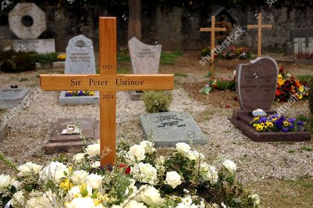 The Grave of Oscar-winning British Actor and Playwright Sir Peter Ustinov is Seen in the Cemetery of Bursin Switzerland Sunday 04 April 2004 One Day After the Funeral Ceremony Author of More Than a Dozen Books and Even More Theatrical Works in a Career Spanning More Than 60 Years Ustinov Died of Heart Failure in a Clinic Near His Home on the Shores of Lake Geneva on Sunday March 28 2004 at 82 Switzerland Schweiz Suisse Bursins