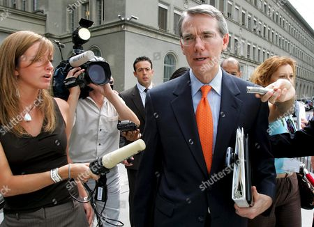 U S Trade Representative Rob Portman is Surrounded by Journalists As He Arrives For His Speech at the Session of the Trade Negotiations Committee in World Trade Organization Wto Headquarters in Geneva on Friday 29 July 2005 Many Countries Whose Eu and United States As Well As Wto Director-generalof Supachai Panitchpakdi Expressed Yesterday Their Disappointment with the Lack of Progress in the Doha Round of Global Trade Negotiations After Wto Members Missed a Crucial Deadline For a Framework Deal Switzerland Schweiz Suisse Geneva