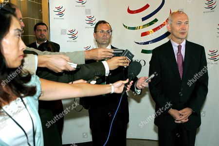 The World Trade Organisation's New Director-general French Pascal Lamy (r) Talks to Journalists at the World Trade Organisation in Geneva Thursday 01 September 2005 Lamy is Taking the Helm of the Global Body Two Days Ahead of Schedule Frenchman Lamy Takes Over From Thailand's Supachai Panitchpakdi As Director General of the Wto the Two Men Held a Handover Ceremony at the End of July Before the Wto Went Into Summer Recess Switzerland Schweiz Suisse Geneva