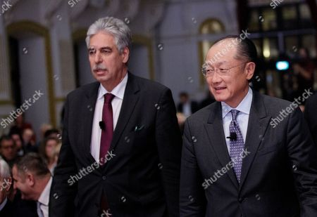 Jim Yong Kim (r) President of the World Bank and Hans Joerg Schelling (l) Finance Minister of Austria Arrive For the Panel Session 'Finance in a Dialogue' of the Austrian Financial Ministry in Vienna Austria 17 November 2016 Austria Vienna
