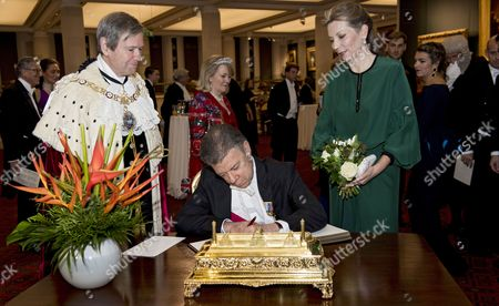The President of Colombia Juan Manuel Santos (c) Signs a Visitors Book Watched by Lord Mayor of London Jeffrey Mountevans (l) and First Lady of Colombia Maria Clemencia Rodriguez Munera (r) Ahead of a Banquet at the Guildhall Given by the City of London in Central London Britain 02 November 2016 the President of Colombia Juan Manuel Santos and His Wife Are Undertaking Their First State Visit From Colombia to Britain From 01 to 03 November United Kingdom London
