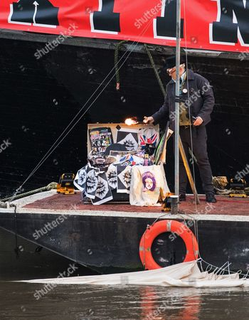 Joe Corre Son of Sex Pistols Manager Malcolm Mclaren and Fashion Designer Vivienne Westwood Sets an Estimated Five Million Pounds Worth of Punk Music Memorabilia on Fire on the Thames in Chelsea Central London Britain 26 November 2016 the Pair Arranged the Fire in Protest Over an Event Celebrating the 40th Anniversary of the Release of the Sex Pistols Debut Single Anarchy in the Uk United Kingdom London