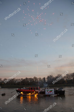 An Estimated Five Million Pounds Worth of Punk Music Memorabilia on Fire on the Thames in Chelsea Central London Britain 26 November 2016 Joe Corre Son of Sex Pistols Manager Malcolm Mclaren and Fashion Designer Vivienne Westwood Arranged the Fire in Protest Over an Event Celebrating the 40th Anniversary of the Release of the Sex Pistols Debut Single Anarchy in the Uk United Kingdom London
